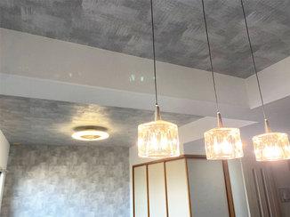 内装リフォーム お部屋の照明が映える、デザイン性に優れたクロスとフローリング