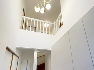内装リフォーム 白で統一した開放感のある廊下まわりとキッチン