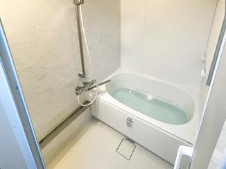 バスルームリフォーム 白をベースにした明るい水廻り設備