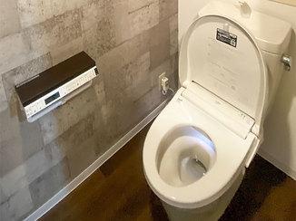 トイレリフォーム フタがオート開閉する便利なトイレと、一新したリビング&廊下の内装