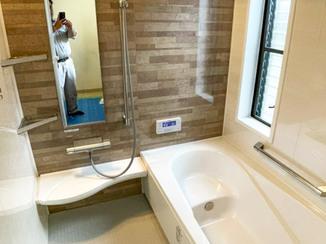 バスルームリフォーム パネルカラーがおしゃれな浴室と、収納を工夫した洗面台