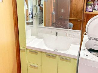 洗面リフォーム ミントグリーンがさわやかな、収納が充実した洗面台