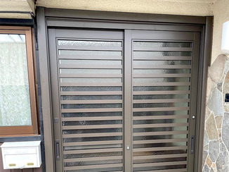 エクステリアリフォーム 背が高い方でも安心して通れる玄関ドアと、使いやすい最新キッチン